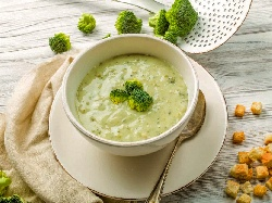 Зеленчукова крем супа от броколи, карфиол картофи и моркови, поднесена с домашни крутони - снимка на рецептата